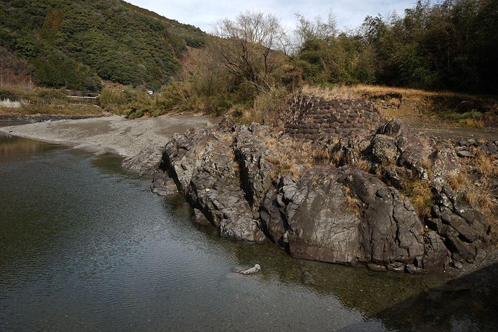 長生沈下橋の岩