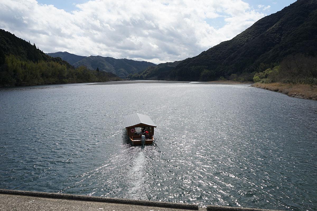 高瀬沈下橋と屋形船