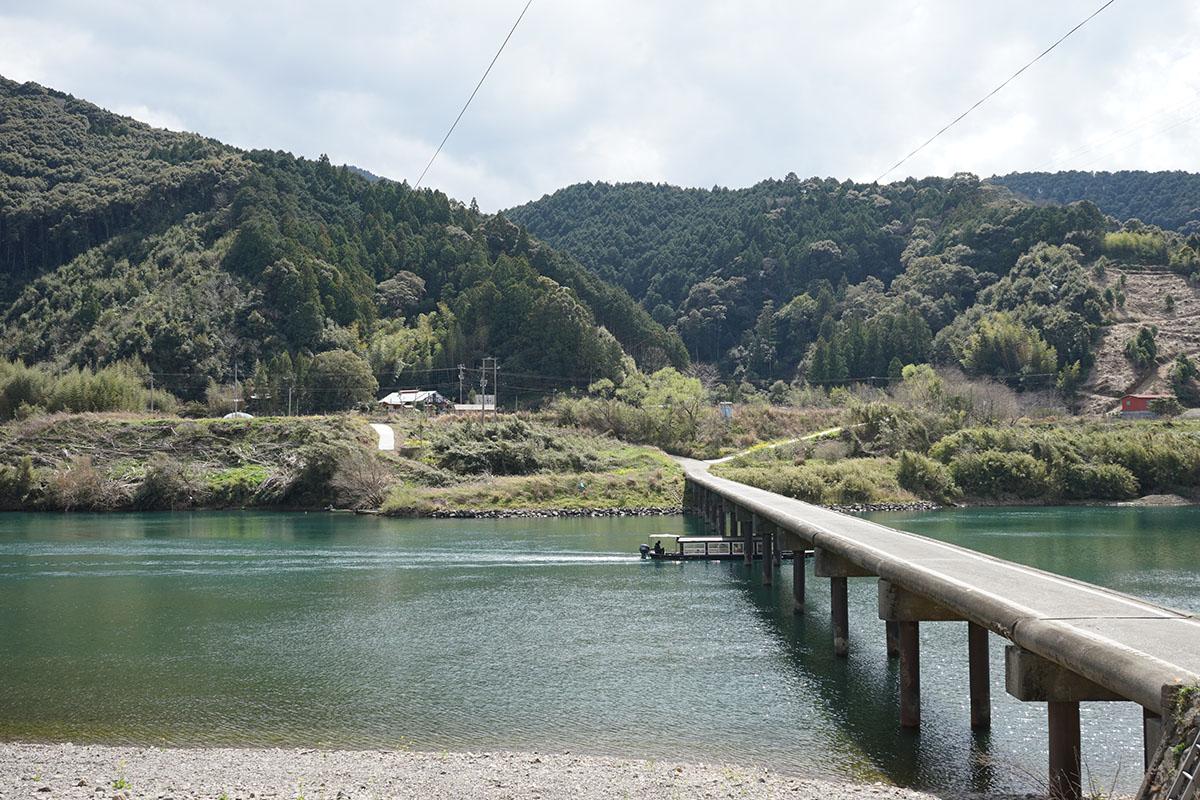 三里沈下橋と屋形船