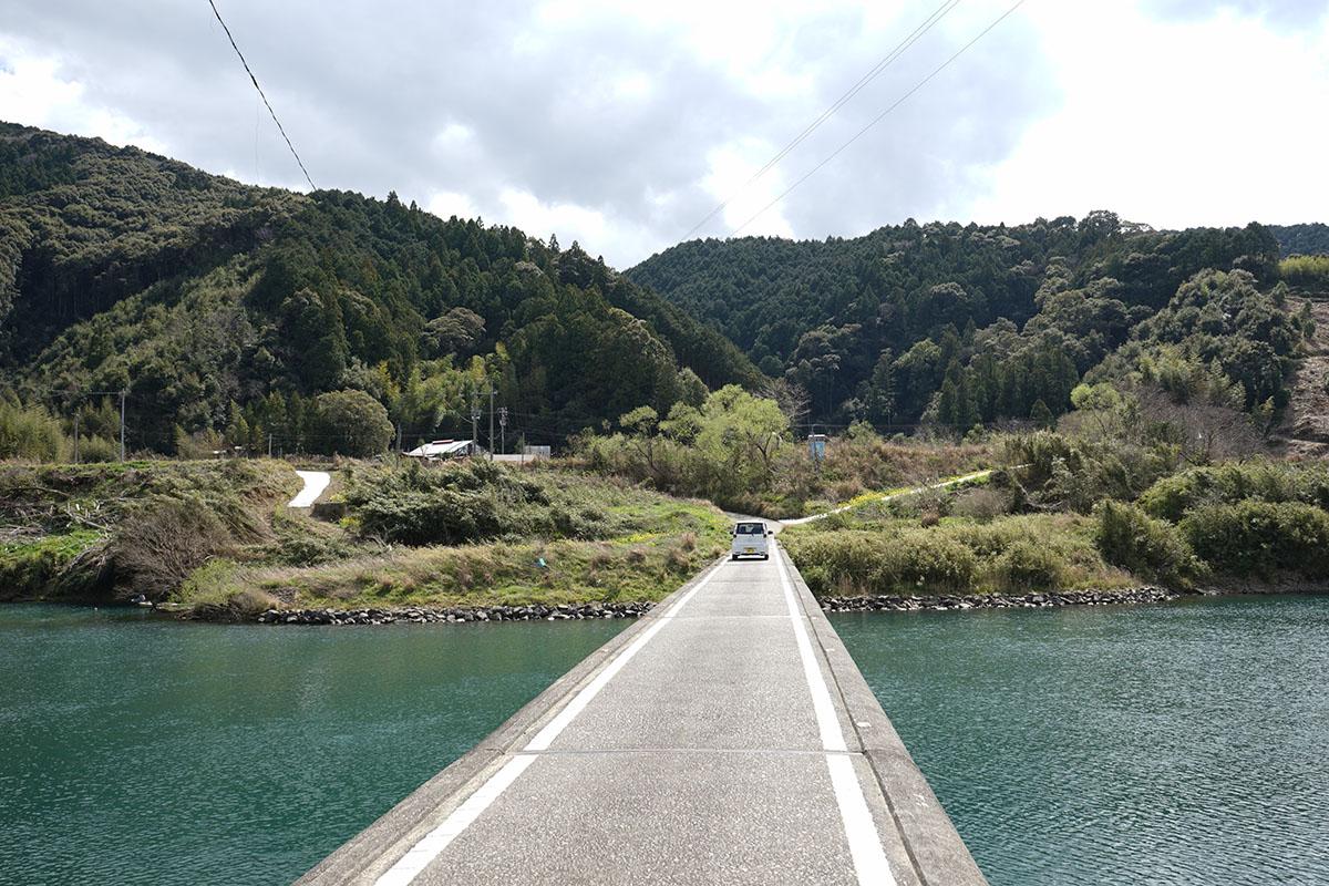 三里沈下橋と車