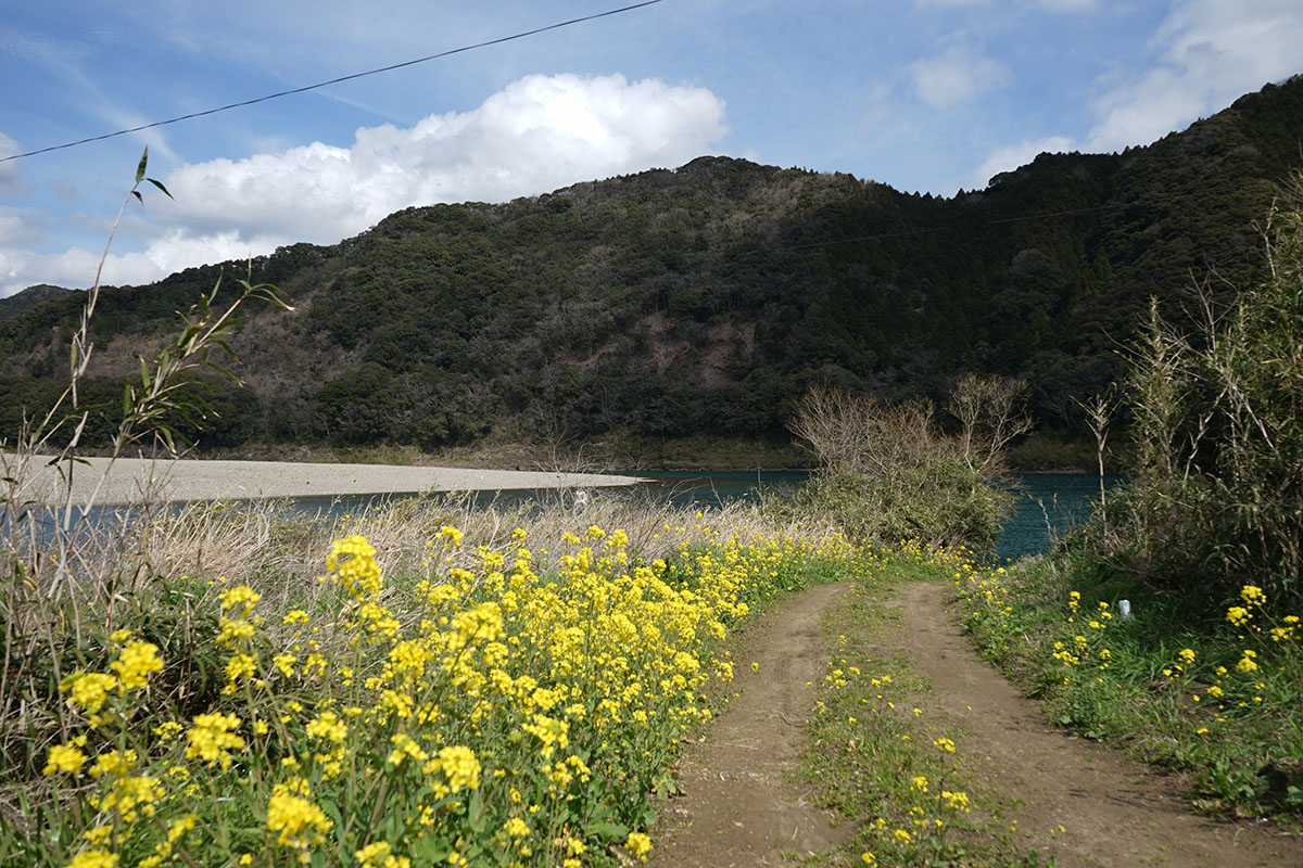 三里沈下橋の対岸